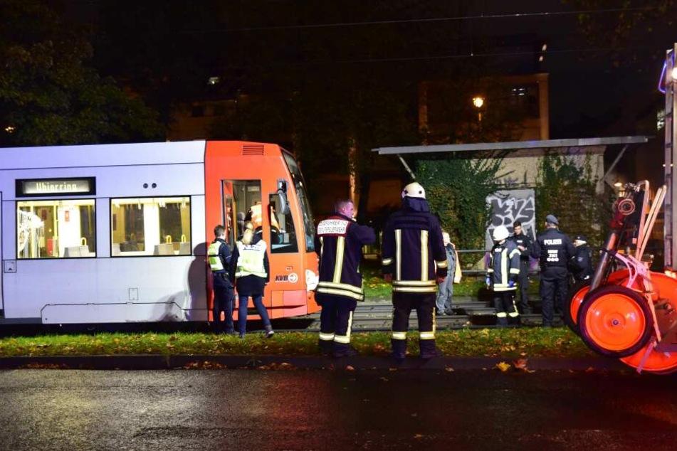 Rettungskräfte am Unfallort in der Kölner Südstadt.