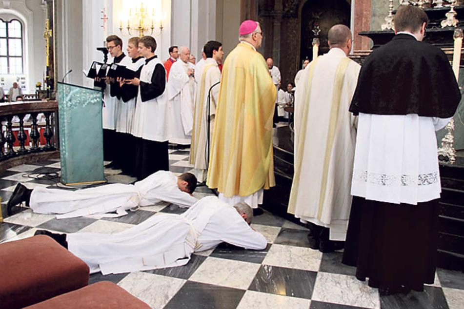 """Vor einer Woche wurde Wiesner (liegend, r.) vom Bischof in der Katholischen  Hofkirche in Dresden zum Priester geweiht. Es war sein """"bewegendster  Moment""""."""