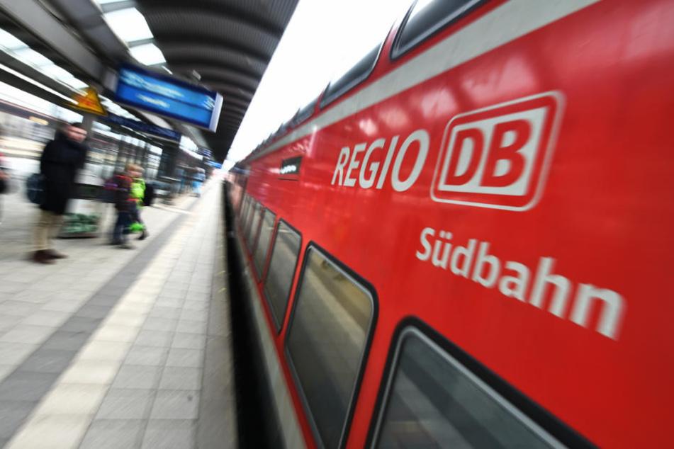 Drama am Bahnhof: Ehepaar will Abkürzung nehmen, dann kommt ein Zug!