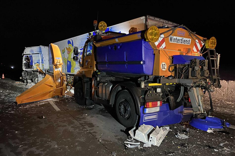 A4: Lkw übersieht Hinweisschilder und kracht in zwei Fahrzeuge des Winterdienstes