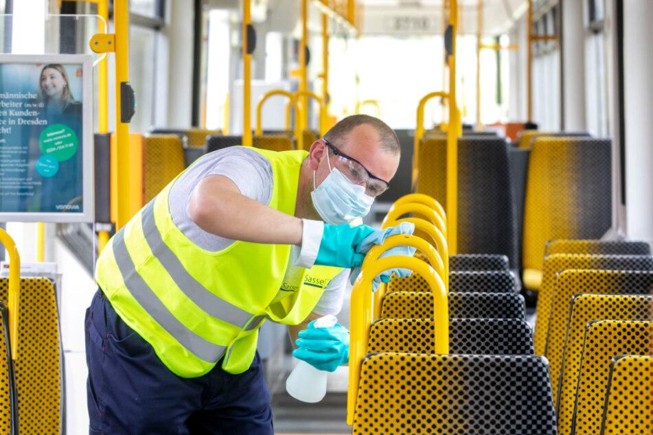Extrem gründlich und regelmäßig werden Busse und Bahnen desinfiziert. 2,7 Millionen Euro Mehrkosten werden fällig.