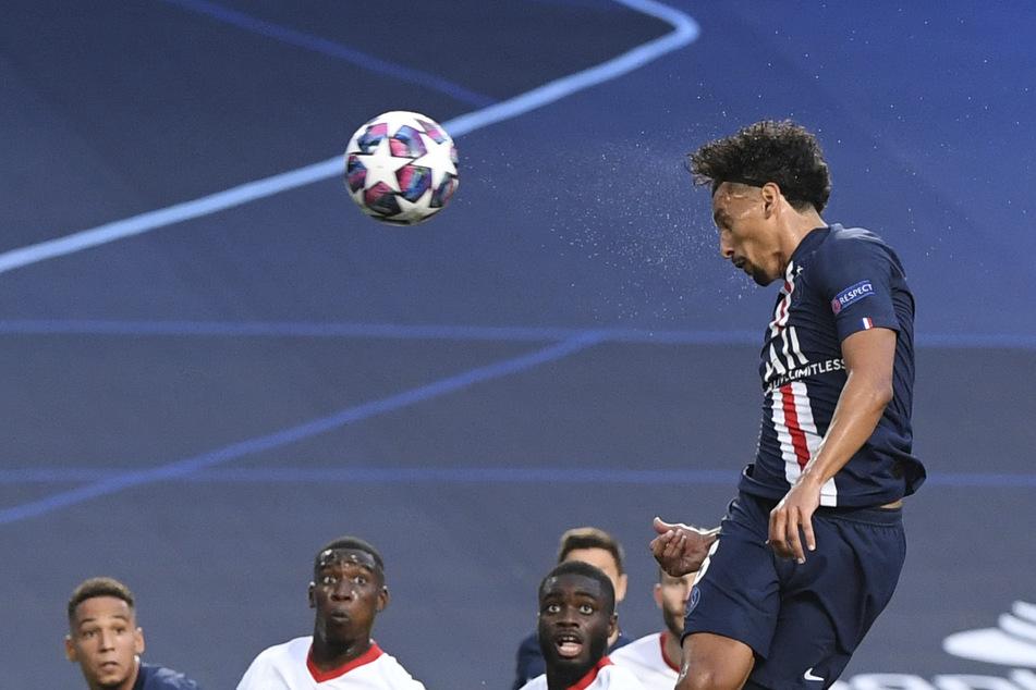 Hoch, höher, Marquinhos: Der Brasilianer steigt nach Neymar-Freistoß frei nach oben und köpft zum 1:0 für Paris ein.