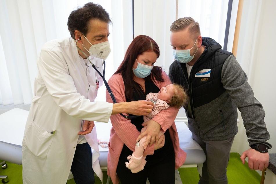 Prof. Andreas Merkenschlager mit der kleinen Patientin und ihren Eltern.