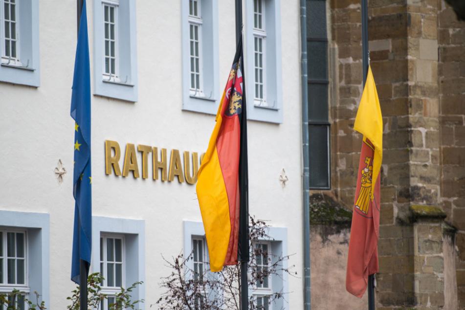 Die Flaggen vor dem Rathaus wehen zum Gedenken an die Opfer auf Halbmast.