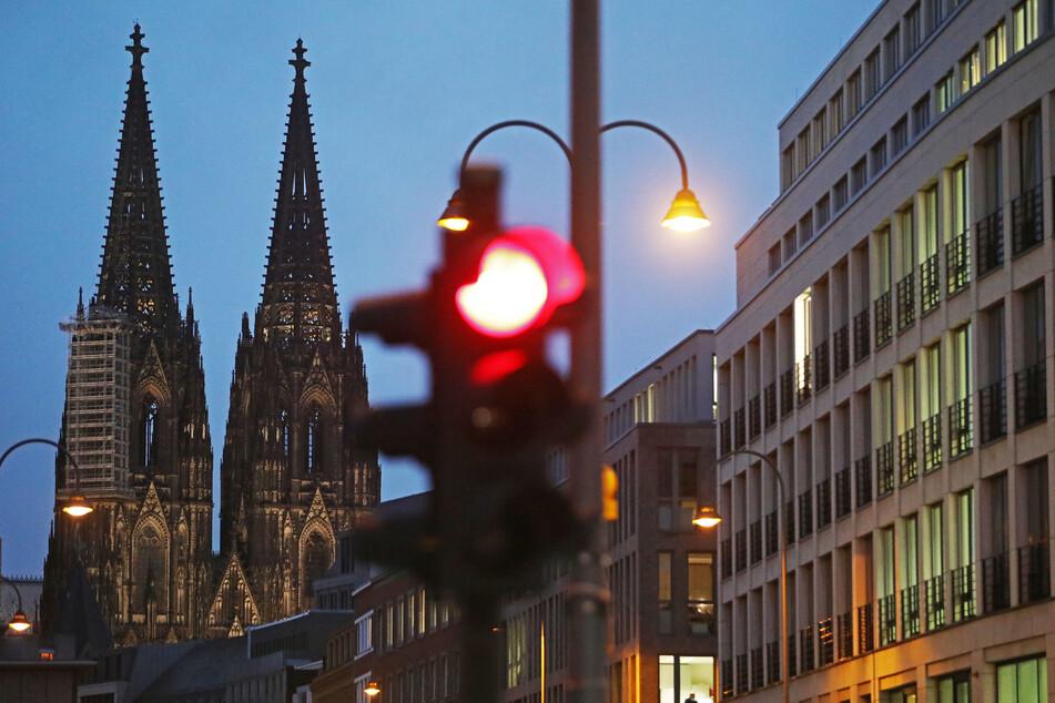Die junge Frau soll mit ihrem Begleiter (beide 18) bei Rot über die Straße gelaufen sein. (Symbolbild)