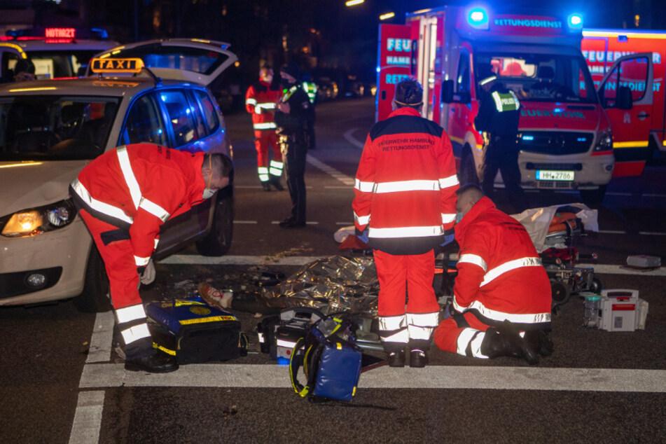 Schwerer Unfall! Taxi erfasst zwei Fußgänger auf Kreuzung