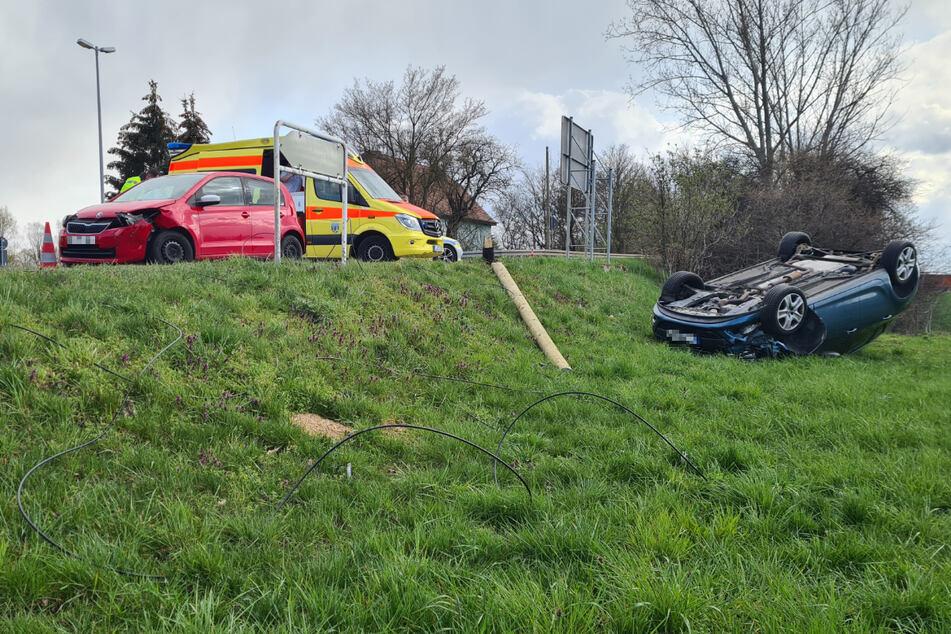 Schwerer Unfall bei Leipzig: Auto rauscht Mast um und überschlägt sich