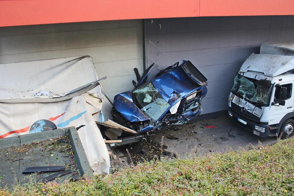 Bei dem Unfall entstand unter anderem Schaden an einem Lkw sowie einem umgeknickten Baum.