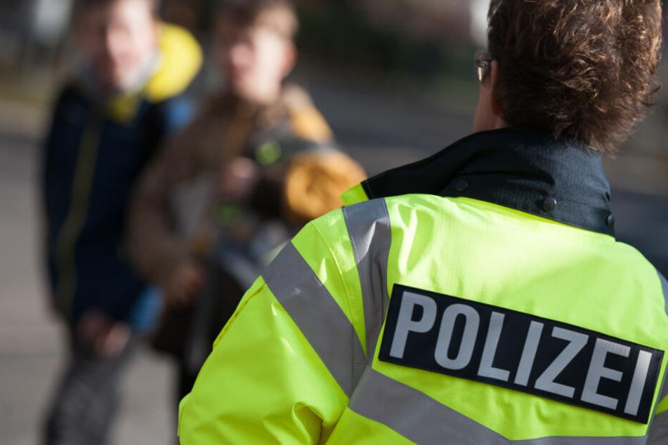 Polizeistreifen um das Schulgelände sind wachsam: Taucht der Unbekannte wieder auf? (Symbolbild)