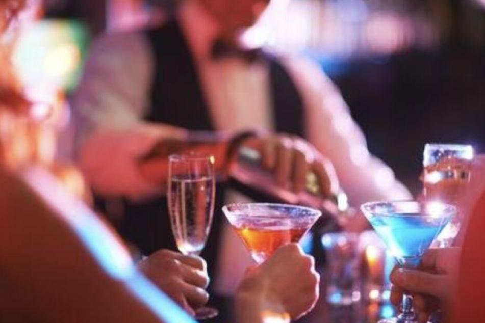 Mit Alkohol soll der Mann weibliche Gäste gefügig gemacht haben.