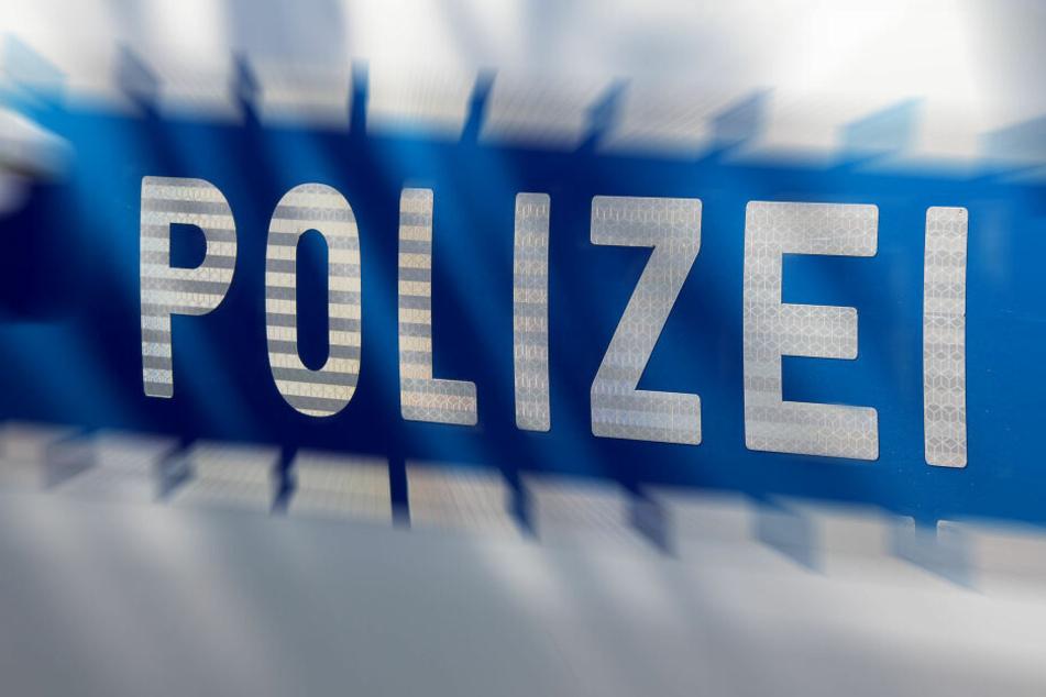Die Polizei sucht nach dem Fahrer des unbekannten Fahrzeugs. (Symbolbild)