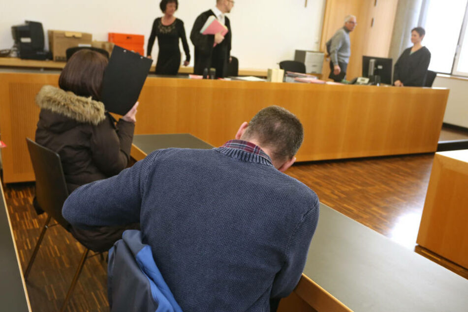 Die beiden Vereinsvorstände sitzen im Strafjustizzentrum auf der Anklagebank.