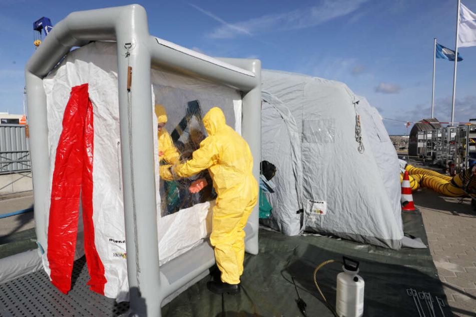 Um ölverschmutzte Helfer zu reinigen wurde eine Dekontaminationsstrecke aufgebaut.