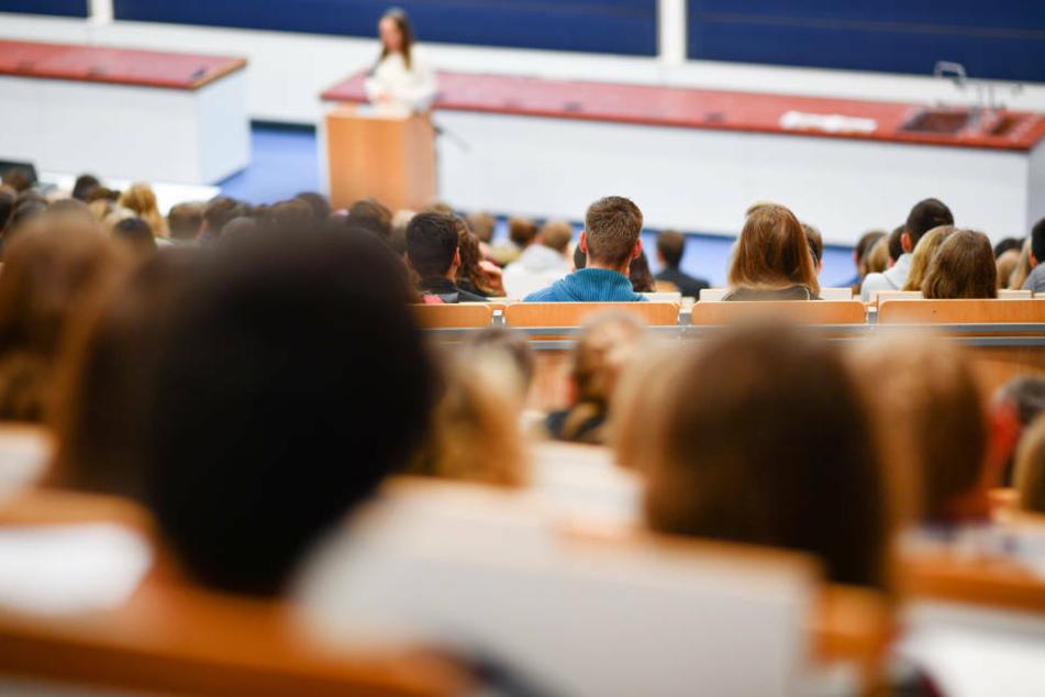 Mehr als 20 Prozent der Studierenden mussten sich bereits Geld von Familie oder Freunden leihen (Symbolbild).