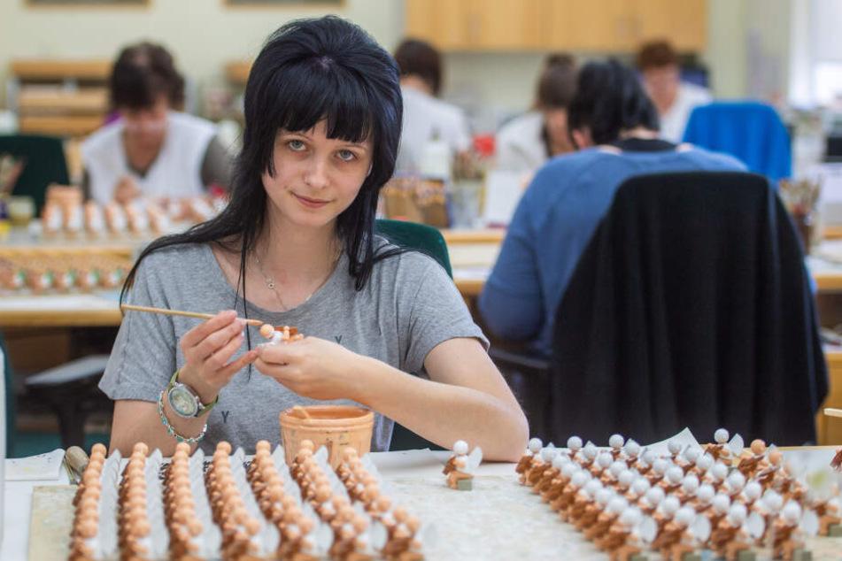 """Elisa Pflug (27) arbeitet bei """"Wendt & Kühn"""" als Figurenmalerin. Am Sonntag verlässt sie ihren Arbeitsplatz und fliegt nach Japan."""