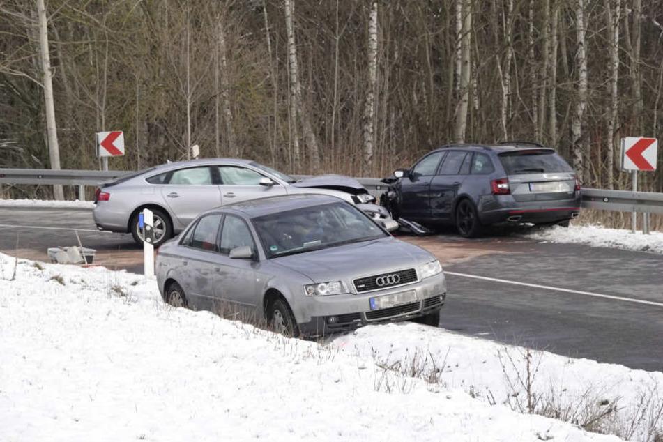Ein Audi landete bei dem Unfall im Straßengraben.