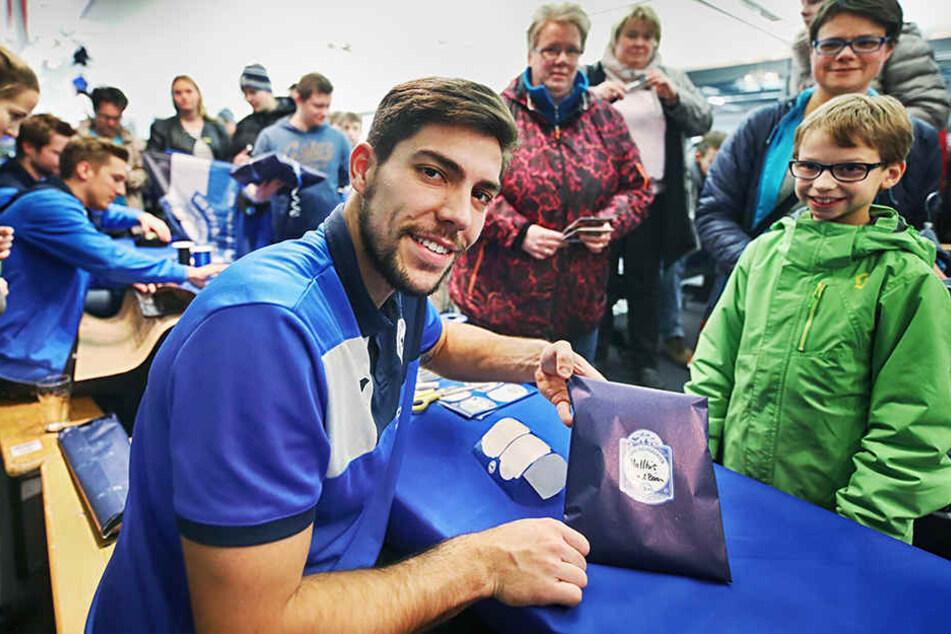 DSC-Keeper Stefan Ortega (25) hat für die kleinen Anhänger vom Sportclub Geschenke verpackt.