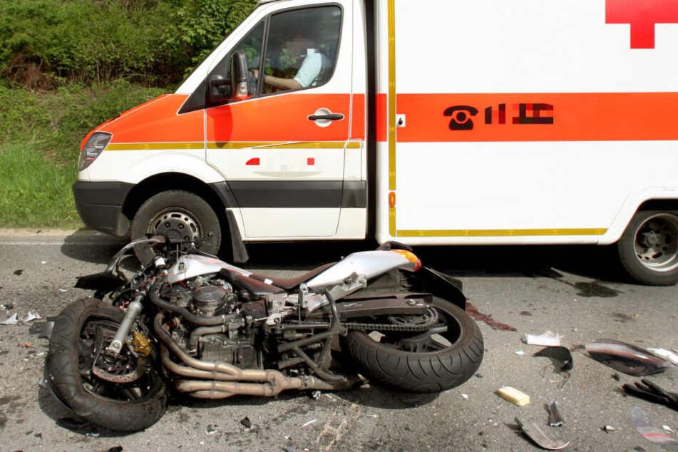 Motorradfahrer rutscht in den Gegenverkehr und stirbt