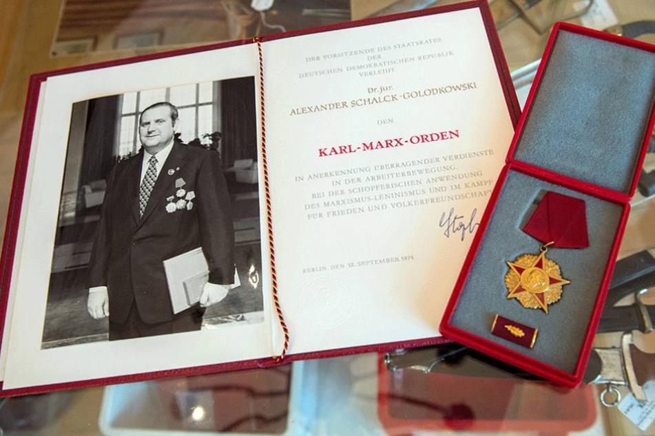 Der Karl-Marx-Orden von A. Schalck-Golodkowski liegt zusammen mit der Urkunde und einem Bild von Schalck-Golodkowski auf einer Vitrine.