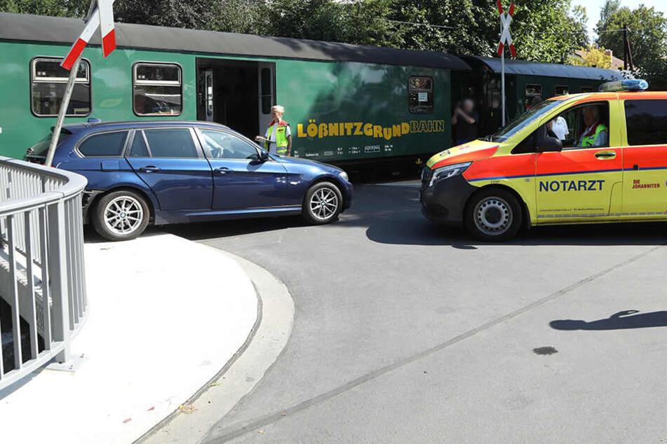 Ein BMW wurde in Radebeul von der Lößnitzgrundbahn erwischt.