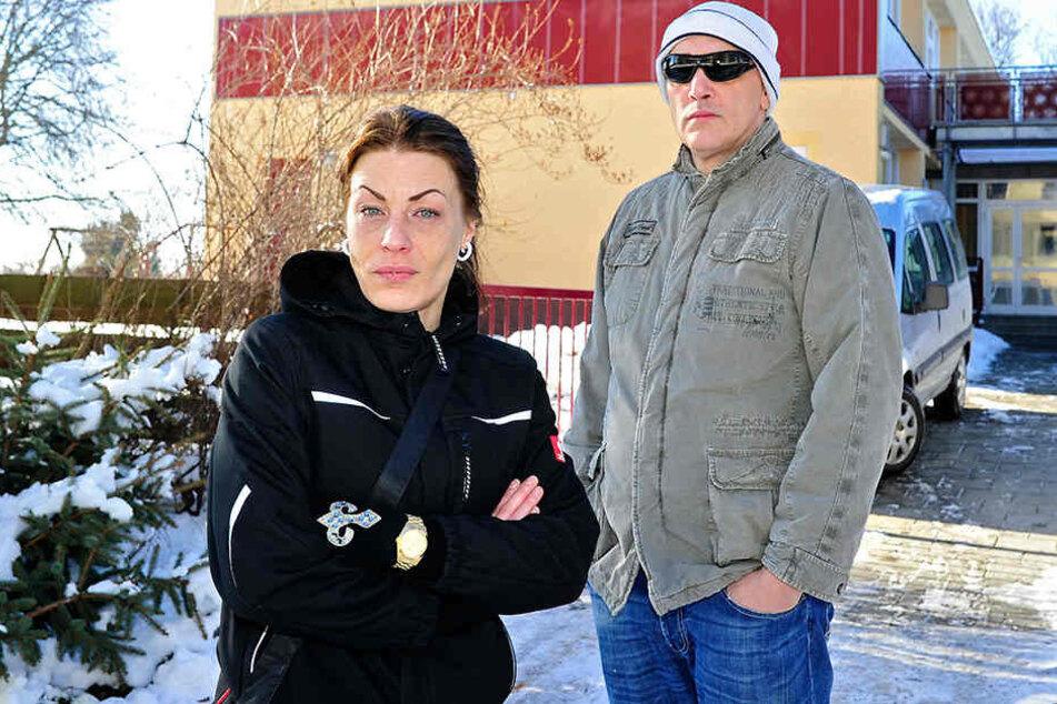 Melanie Z. (34) und ihr Bekannter Ralf Oßa (49) beschweren sich über die Zustände im Kinder- und Jugendnotdienst.
