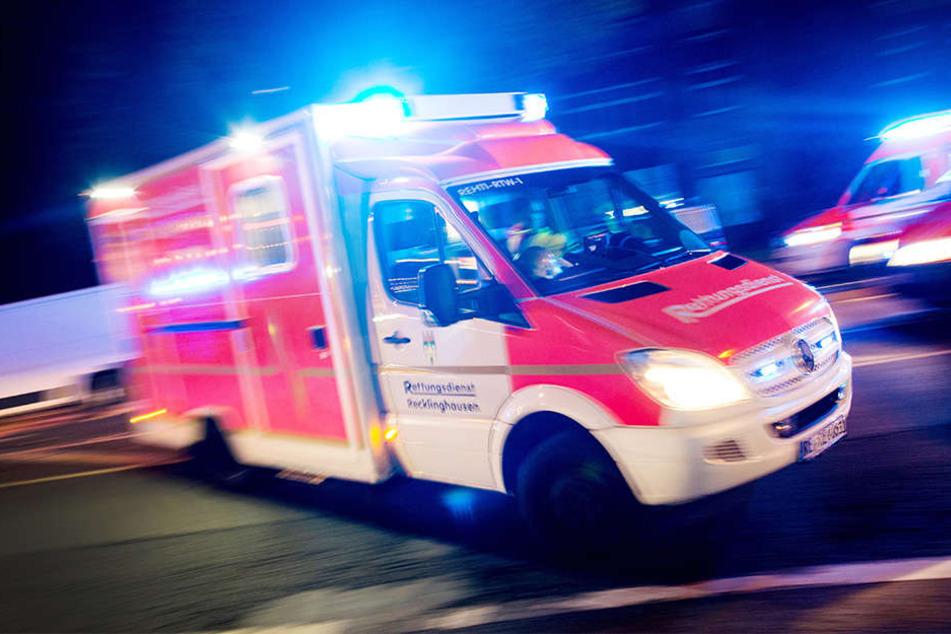 Mit einem Rettungswagen wurde die Frau in das Krankenhaus gefahren. (Symbolbild)