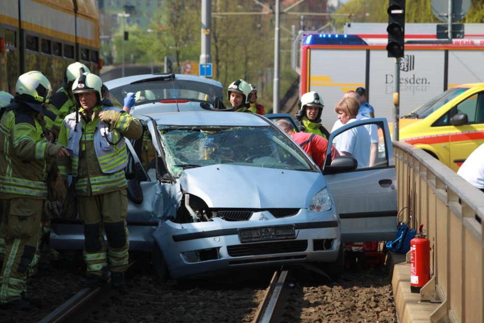 Die Person auf der Beifahrerseite musste von der Feuerwehr aus dem Wrack befreit werden.