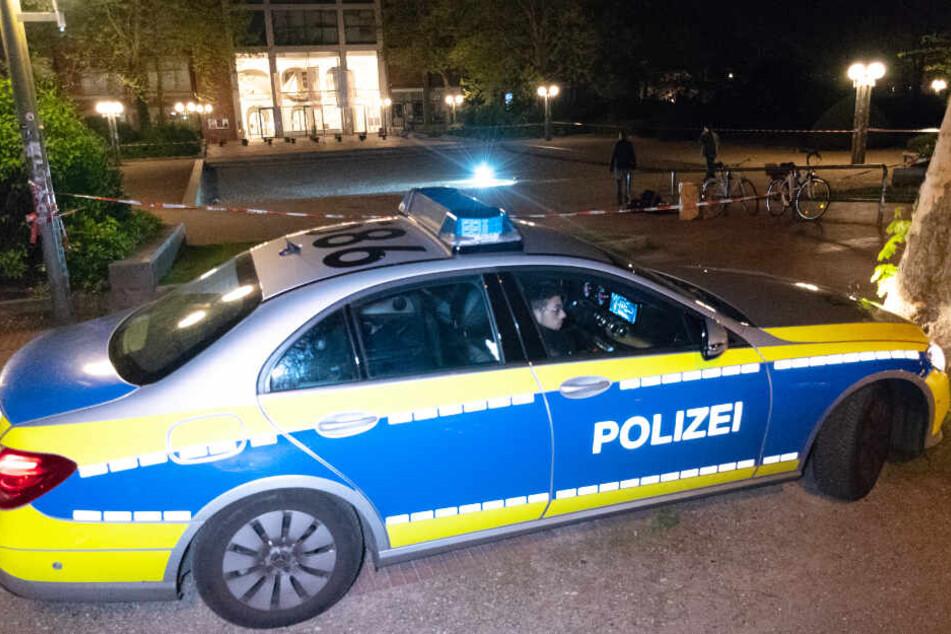 Polizisten sperrten den Platz der Republik ab und suchten nach Spuren der Schlägerei.