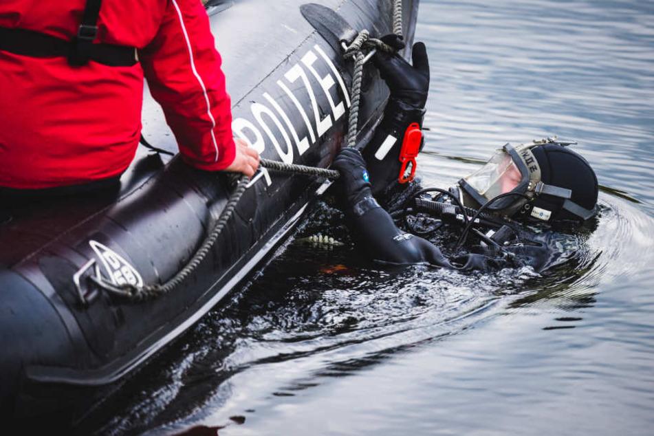 Taucher haben im Oktober den See nach dem vermissten Segler abgesucht. (Symbolfoto)