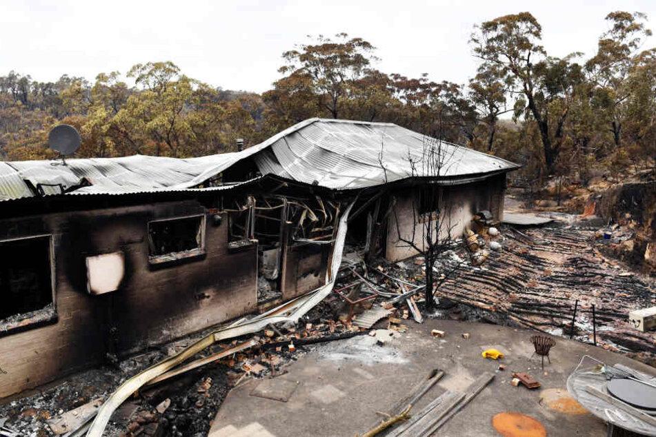 Ein ausgebranntes Haus: die Flammen des Buschfeuers haben den kleinen Ort mit seinen rund 150 Häusern südwestlich von Sydney fast vollständig zerstört.
