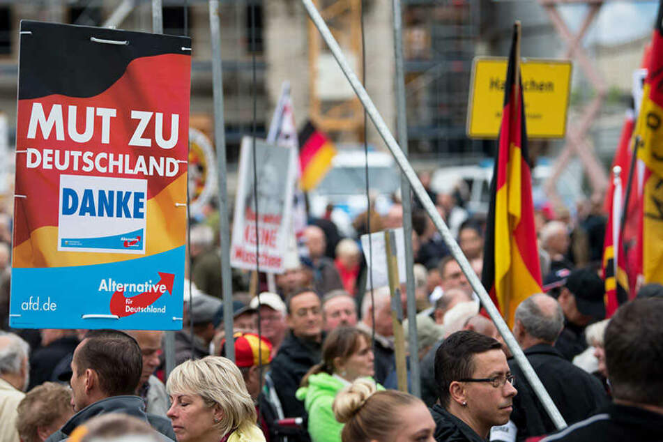 Demonstranten auf einer Kundgebung in Dresden.