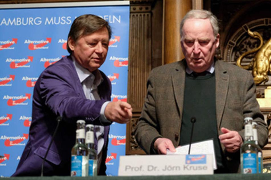 Alexander Gauland (rechts) hat am Donnerstag in Hamburg eine Rede vor 500 Leuten gehalten.