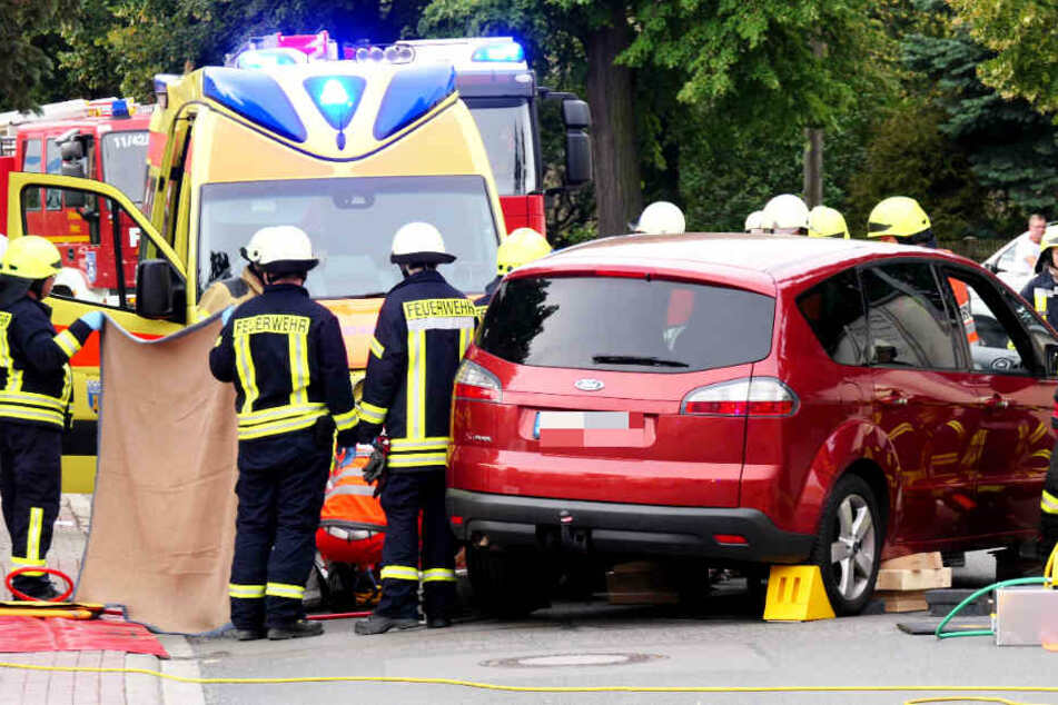 Ford begräbt Radlerin unter sich, Feuerwehr muss Frau befreien