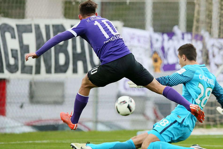 Simon Skarlatidis scheitert hier an Wolfsburgs Keeper Koen Casteels.