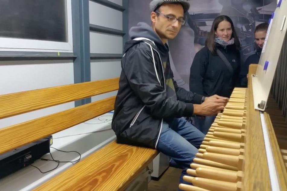 Davit Drambyan bei der Arbeit am Glockenspiel in Halle.