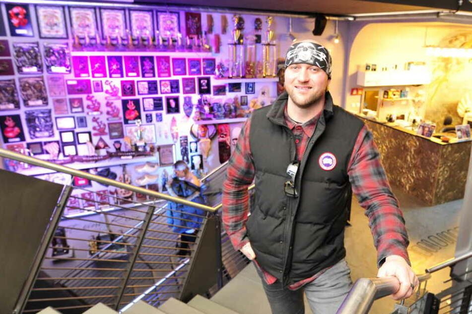 TV-Tattoo-Star Randy Engelhardt in der Lifestyle Passage in Zwickau (im Hintergrund seine Preise und Pokale).