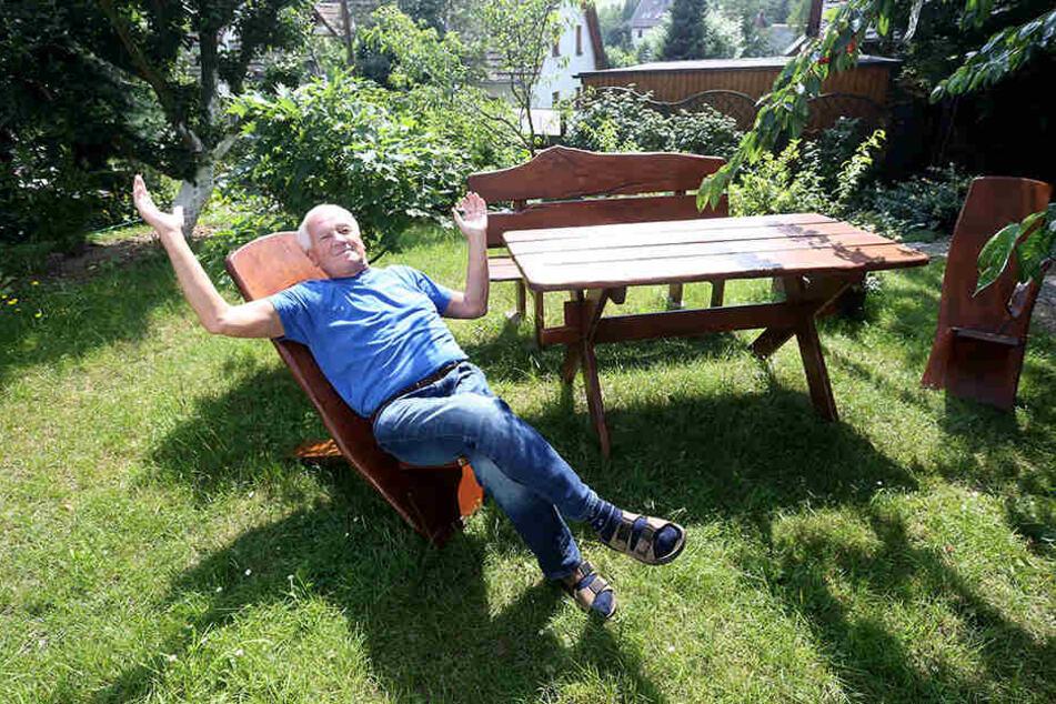 Stadtrat Dr. Peter Neubert (69, Linke) entspannt sich während der Deutschlandspiele in seinem Garten - und weiß den Spielstand trotzdem.