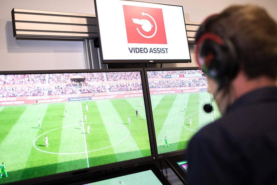 Schiedsrichter Sascha Stegemann kann sich alle Szenen noch einmal in Ruhe am Bildschirm zu Gemüte führen.