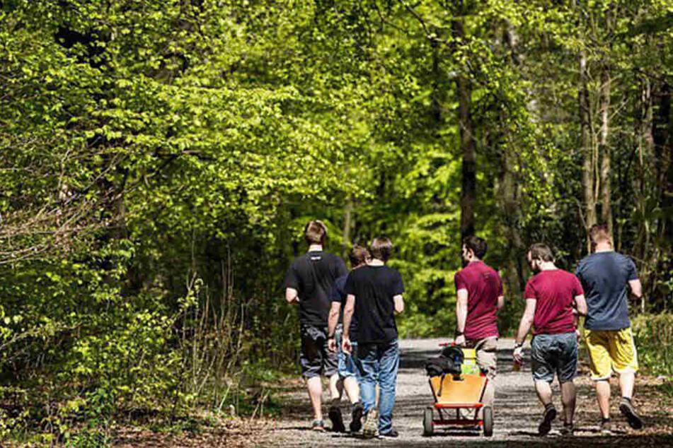 Viele Männer verbrachten den Tag in der Gruppe mit einem bierbepackten Bollerwagen. Nicht immer blieb es dabei friedlich. (Symbolfoto)