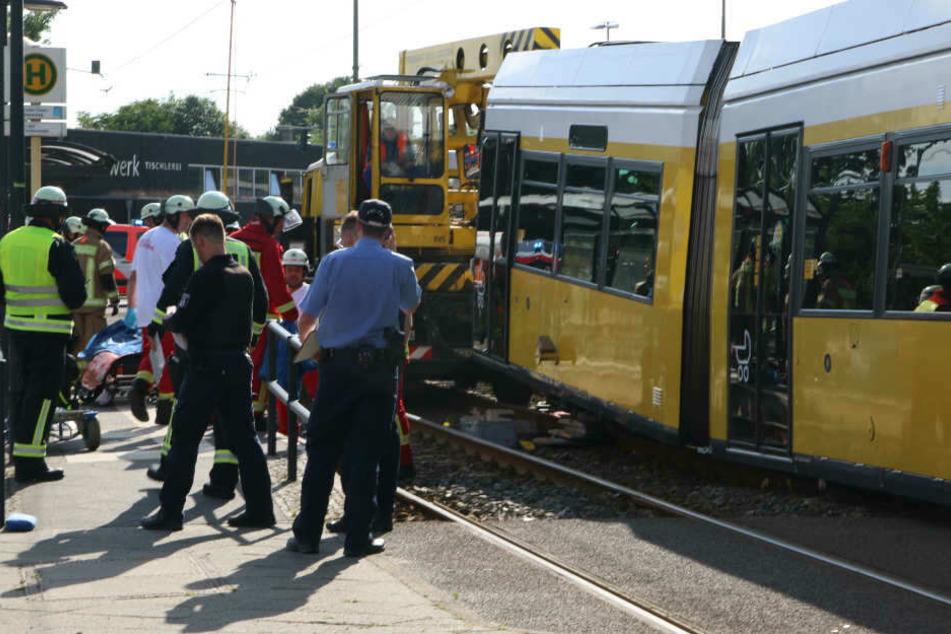 Zwei Feuerwehrmänner, die helfen wollten, wurden ebenfalls verletzt. (Archivbild)