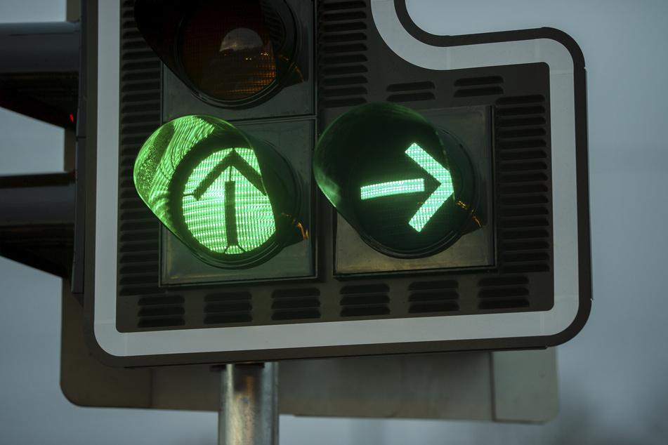 Eskalation an Ampel-Kreuzung: Autofahrer flippt aus und prügelt brutal los