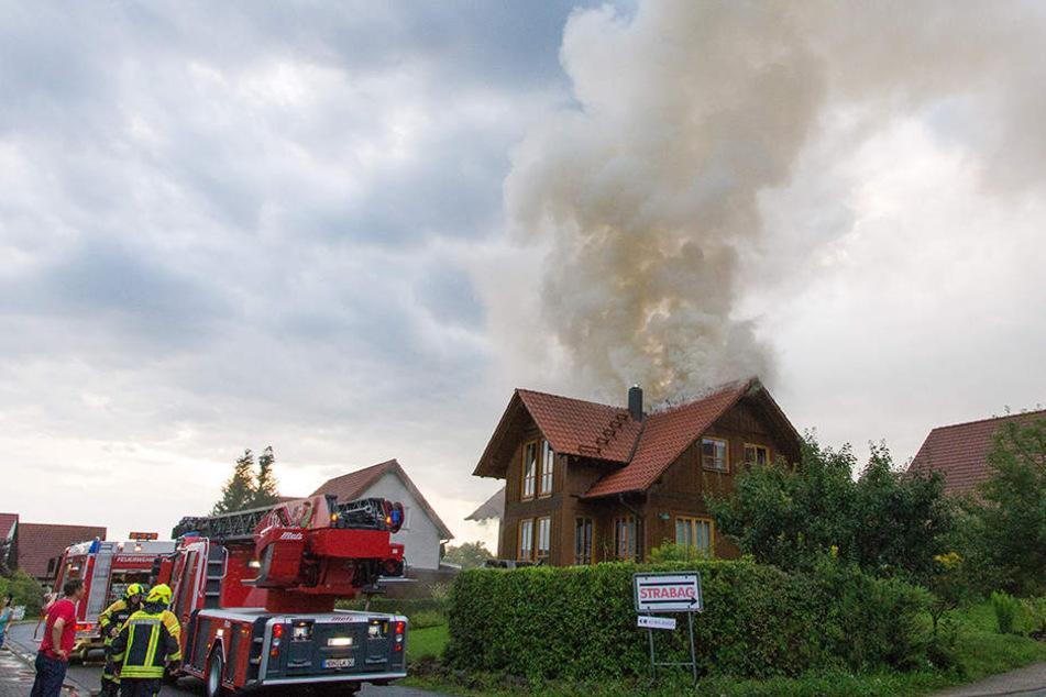 Blitz schlägt in Holzhaus ein: Dachstuhl geht in Flammen auf