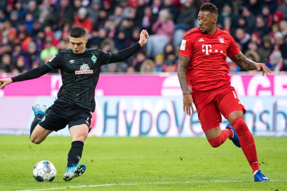 Jerome Boateng (r.) scheut keinen Zweikampf (hier gegen Bremens Milot Rashica).