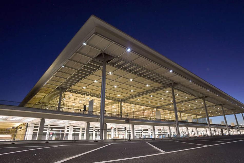 Das Terminalgebäude und Nebengebäude des Hauptstadtflughafens Berlin Brandenburg Willy Brandt (BER) in Schönefeld.