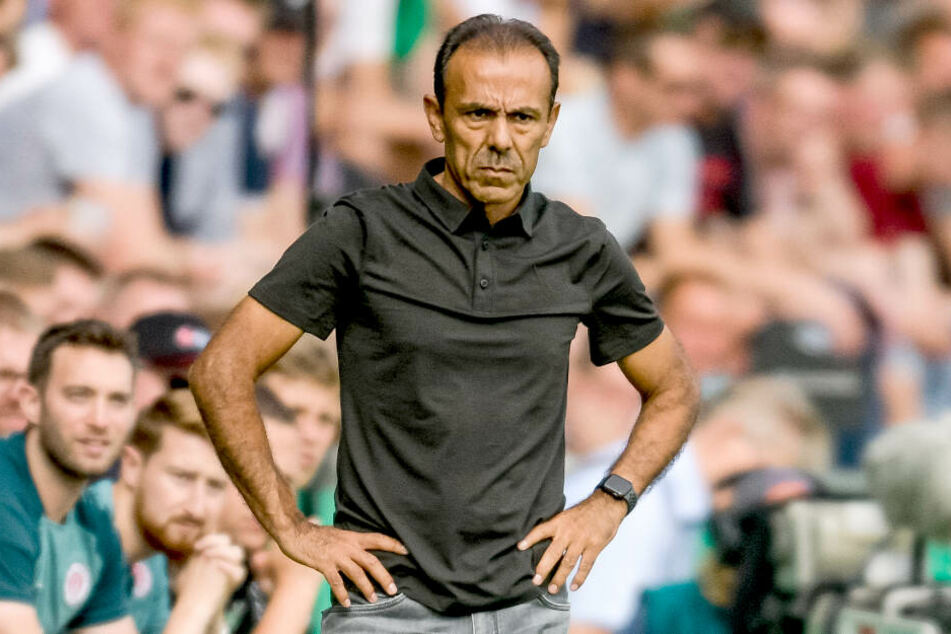 St. Paulis Trainer stand mit ernster Miene am Spielfeldrand. Mit der Leistung seiner Mannschaft war er nicht zufrieden.
