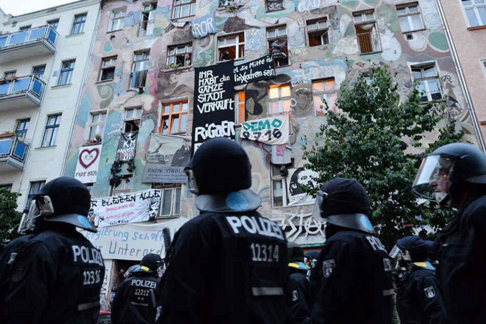 Immer wieder werden Polizisten in der Rigaer Straße von linken und linksextremen Gruppen angegriffen.