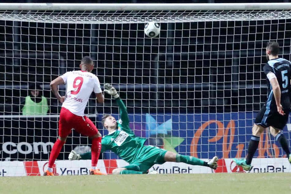 Tor für Köln, Treffer zum 2:0 durch Torschütze Daniel Keita-Ruel (Köln) gegen Torhüter Kevin Rene Tittel und Marc Endres.