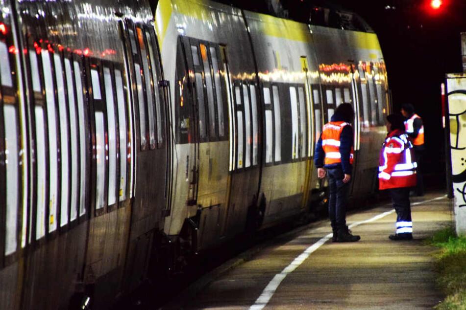 Tödlicher Unfall: Fußgänger überquert Gleise und wird von Zug erfasst