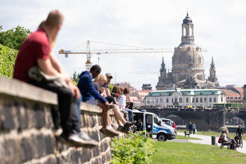 Die Temperaturen steigen wieder, die Elbe in Dresden ist gut besucht.