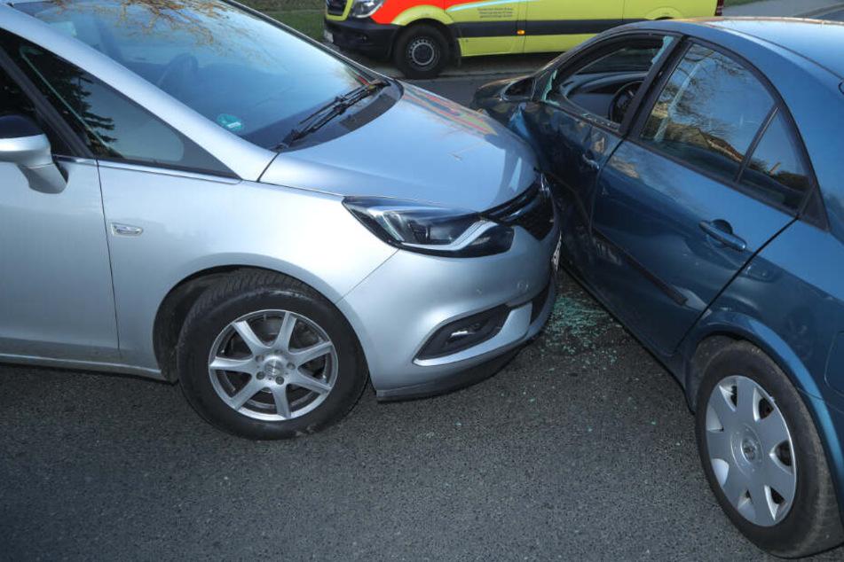 Crash in Freital: Opel-Fahrerin übersieht Nissan Primera